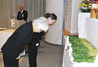 献花する戦没者遺族会の会員ら