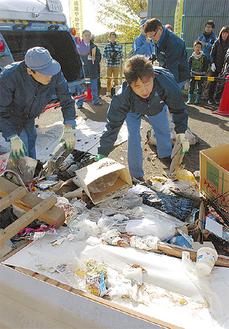 不法投棄物を片付ける資源循環局職員
