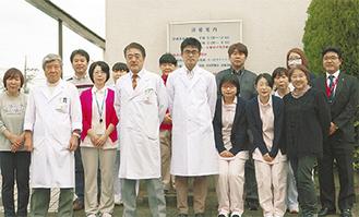 20周年を迎えた「医療法人 活人会」を支える水野恭一理事長(前列左から4人目)、看護師、職員