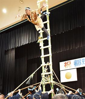 「若鳶会」による古式消防演技はしご乗り
