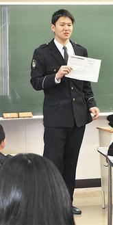 警察官の仕事について説明する小泉さん