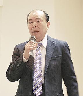 講演する山村氏