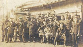 創業当時の社員らの集合写真