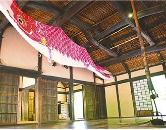 古民家の中を悠然と泳ぐ緋鯉