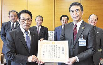 感謝状を手に持つ新井会長(左)と畑澤区長