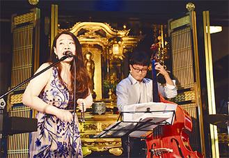 歌声を披露する須田さん(左)