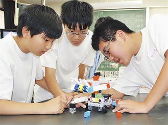 ロボットの組み立てに試行錯誤する生徒