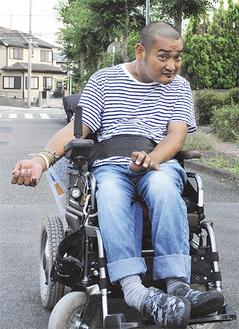 電動車椅子で散歩に出かける田所さん