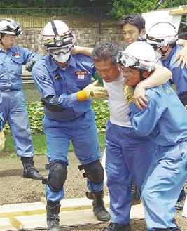 倒壊した家から負傷者役を救出
