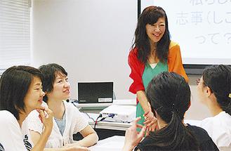 グループワークで参加者と語る村尾さん(中央)
