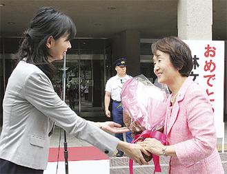 当選後の初登庁時に職員から花束を受け取る林氏(8月3日)