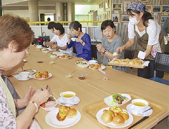 食事をしながら会話を楽しむ参加者