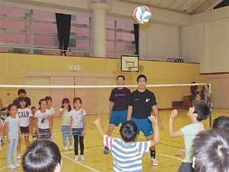ボールを追いかける参加者