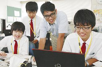 記事の書き方を学ぶ中学生