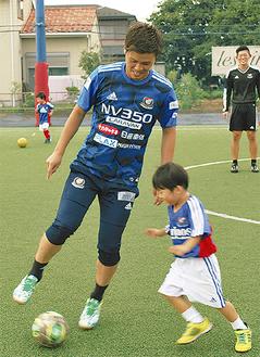金井選手とプレーする子ども