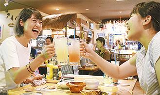 「乾杯!」とグラスを合わせる参加者