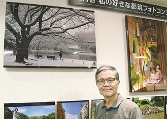 パナホーム(株)に展示されている作品と並ぶ水原さん