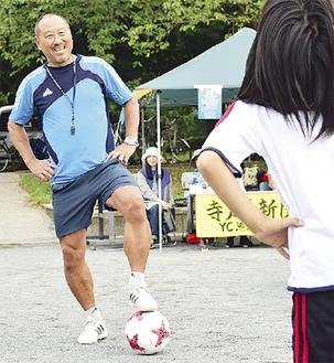 「ボールに親しむことから」と指導する前田さん