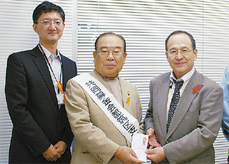 右から小塚社長、岩嶋支会長、草苅事務局次長