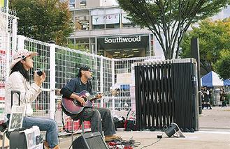 新スポットで演奏する神川さん(右)と石川さん