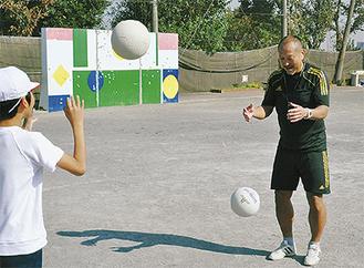声をかけながらボールを渡す前田さん(右)
