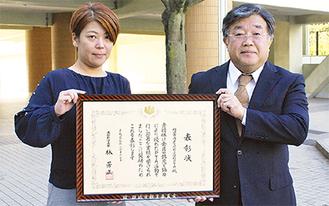 賞状を持つ大隅会長(左)と宇佐美校長