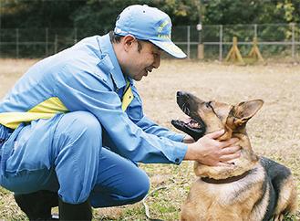 担当の警察官とたわむれる警察犬のフローラ(メス・7歳)