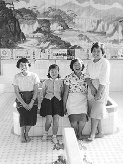 西区・中乃湯の人たち 昭和33年 広瀬始親氏撮影寄贈 横浜開港資料館所蔵