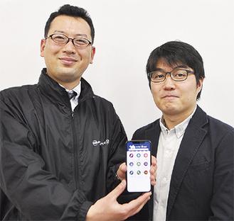 スマホを持つ武智さん(左)と伊藤さん