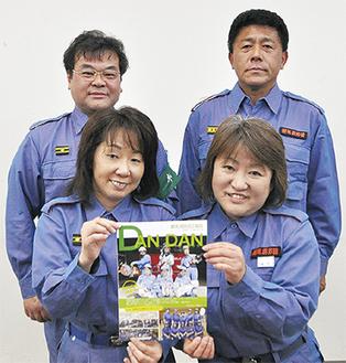 角田委員長(右後)と高橋副委員長(左後)、種村さん(右前)、田川千代美さん