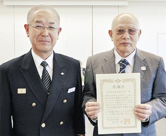 渡辺会長(右)と星野署長