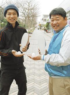 スリッパとボールを持つ宮原さん(左)と内野さん