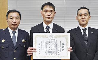 右から徳永支店長、中村さん、吉留署長