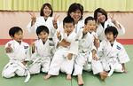 ソウル五輪銅メダリストの北田典子師範=後列中央=と生徒ら