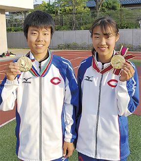 優勝メダルを手に笑顔の吉川さん(左)と富樫さん