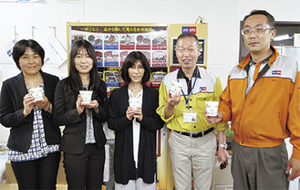 田邉さん(中央)と従業員