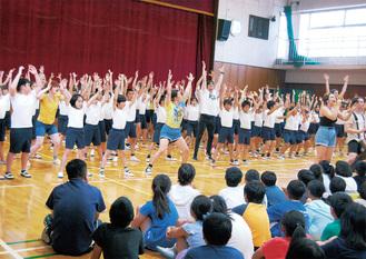 下級生らを前に伸び伸びと演じる児童とヤングアメリカンズのメンバー