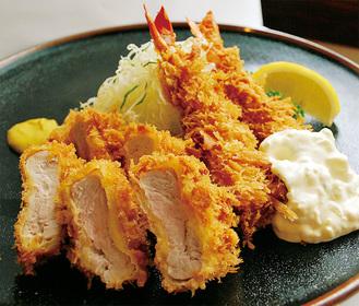 味、ボリューム共に人気の「海老ヒレかつ定食」(ご飯、味噌汁、お新香付)
