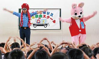 児童と踊るおおだこポリス(左)