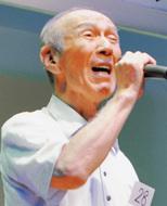 カラオケ大会で熱唱