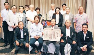 感謝状を持つ西村厚生委員長と会員