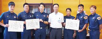 佐藤さん(左)と中野区長(中央)、関東大会に出場した職員ら