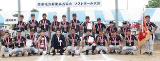 喜びの表情を浮かべる横浜東部のメンバー