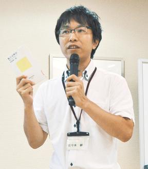 本の魅力を熱弁する佐々木教諭