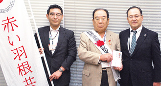 右から小塚社長、岩嶋支会長、区社協の八木克賢事務局長