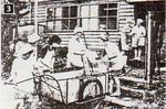 3給食をリアカーで運ぶ(1955〜57年頃撮影)