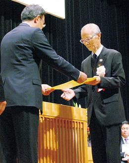 中野区長から賞状を受け取る受賞者