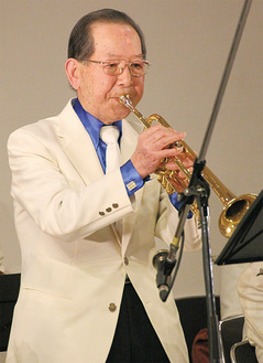 トランペットを演奏する城所会長