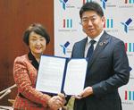 覚書に署名した林市長(左)と福田川崎市長