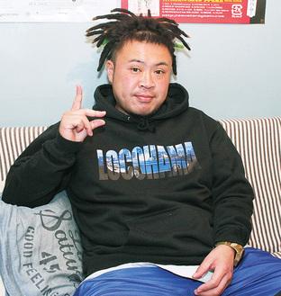 インタビューに応じるサイプレス上野さん。取材は自身が経営に携わる「BAR WHAT'S GOOD」(戸塚町)で行った。